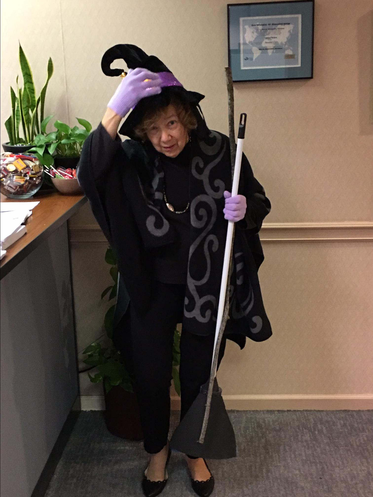 linda east-good witch-halloween2017-hori